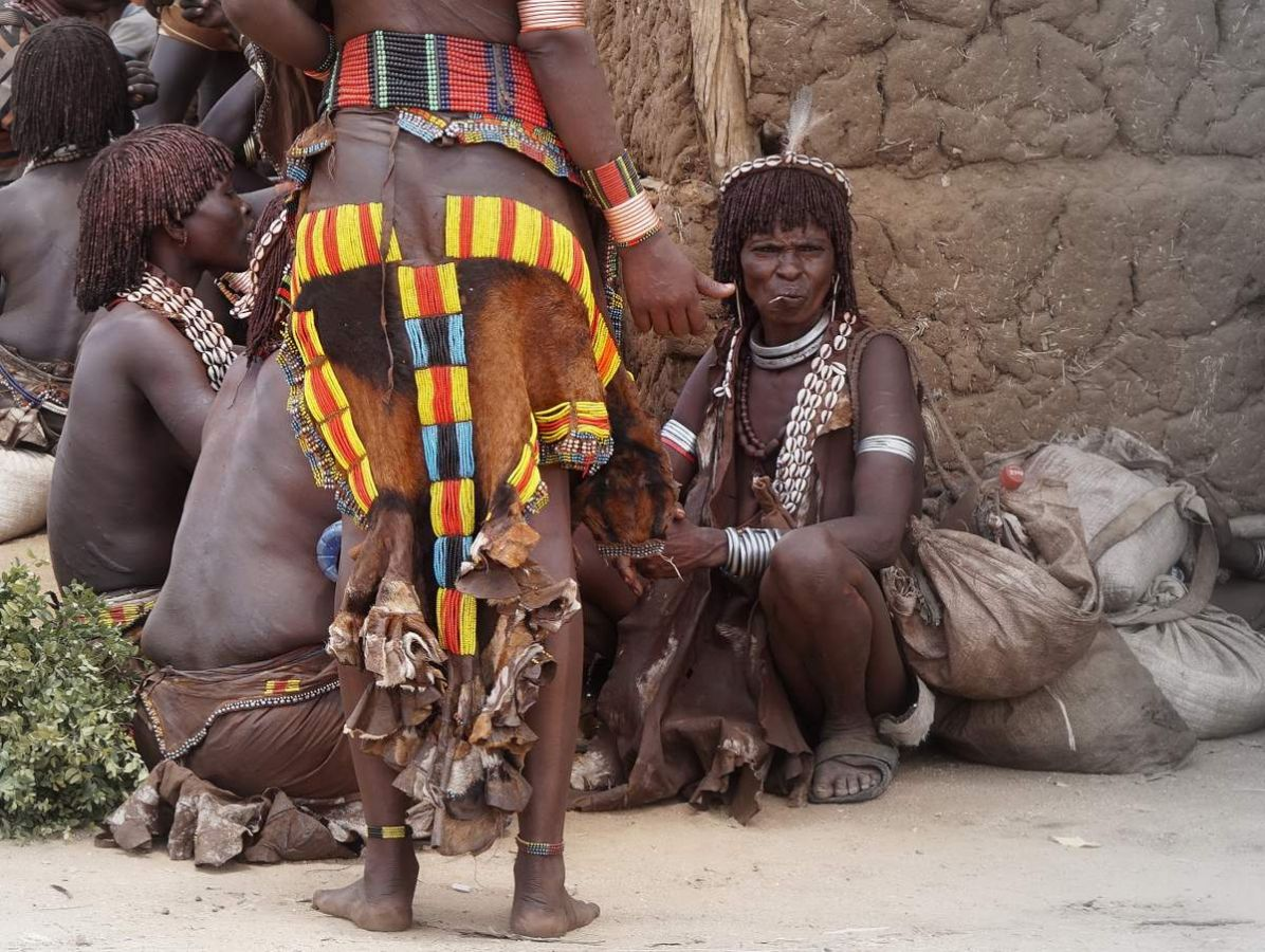 picture description: Hamer women, market day, Lower Omo Valley with ZenAye Ethiopia Tours, Swiss-African expert in tour operation / photo: Linetta Schneller